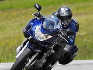 Conducir con viento en moto Poluxcriville-suzuki-es-bandit-ruta-curvas-maleta