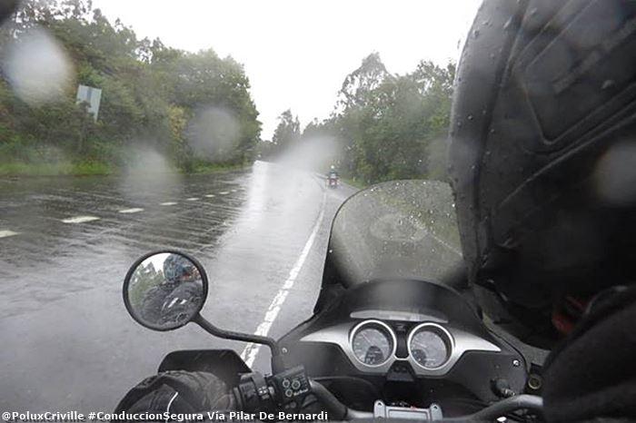 poluxcriville-via_pilar-de-bernardi_-conduccion-moto-lluvia-precauciones