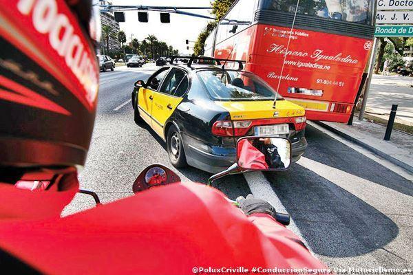 PoluxCriville-Via-Motociclismo.es-conduccion-segura-moto-ciudad-maniobras-peligrosas (1)