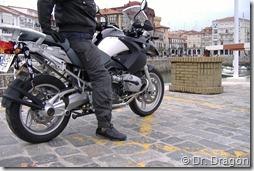 PoluxCriville-Dr-Dragon-Duermen-piernas-moto