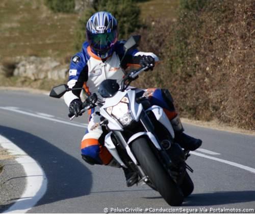 PoluxCriville-Sergio Hidalgo_Portalmotos.com_curvas-moto-golpe-gas.jpg