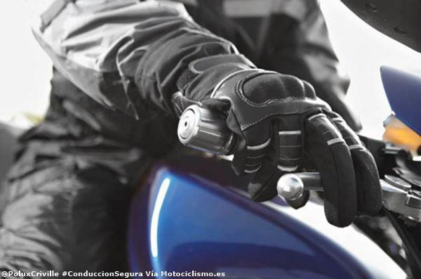 PoluxCriville-Via_Motociclismo_es-frenada-posicion-dedos-conduccion-segura-moto