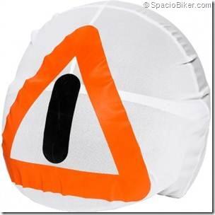 PoluxCriville-SpacioBiker-com-casco-triangulo-emergencia-moto