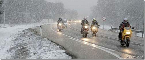 PoluxCriville-El-Mundo-conduccion-peligrosa-moto-invierno-nieve-lluvia