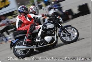 PoluxCriville-Motociclismo_es-conduccion-pasajero-moto-curvas