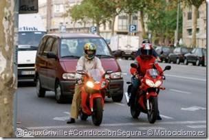 PoluxCriville-Motociclismo_es-conduccion-segura-moto-detenerse-semaforo
