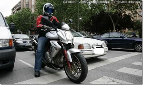 PoluxCriville-Motociclismo_es-conduccion-segura-moto-detenerse-semaforo_2