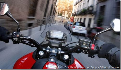 PoluxCriville-Motociclismo-es-honda-nc700x-moto-mano-freno-calle-urbano-ciudad