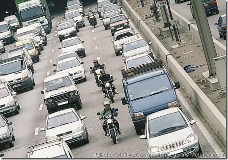 PoluxCriville-Motorevue_com-DR-circulacion-motos-entre-coches