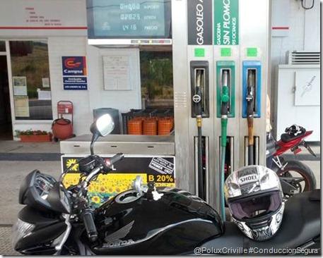 PoluxCriville-Conduccion-Segura-moto-consumo-repostar-gasolina-tarde-mañana