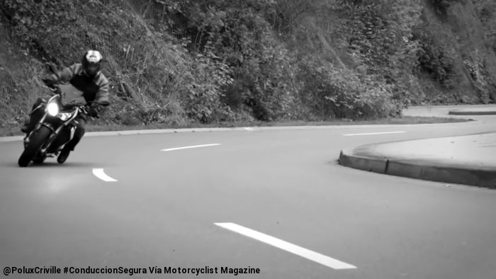 PoluxCriville-Via-Motorcyclist Magazine-peligro-pie-moto-curva