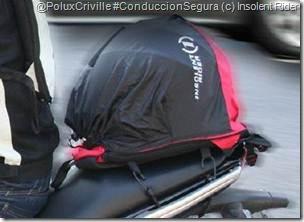 PoluxCriville-Insolent-Rider-mochila-moto-casco-conduccion-segura_3