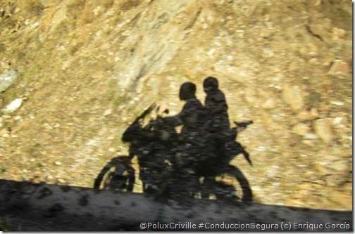 PoluxCriville-Enrique_García-Loli_Gendra-moto-ruta-anochecer