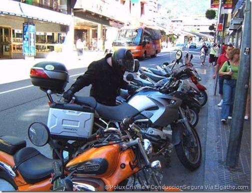 PoluxCriville-Elgatho.es-moto-aparcar-ciudad-espacio-bateria