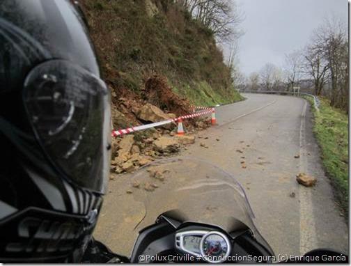 PoluxCriville-Enrique_Garcia-Loli_Gendra-moto-carretera-peligro-ruta-desprendimiento-piedras-calzada