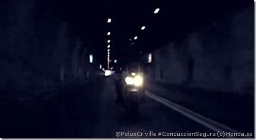 PoluxCriville-Honda_es-moto-tunel-luces-largas-CB500