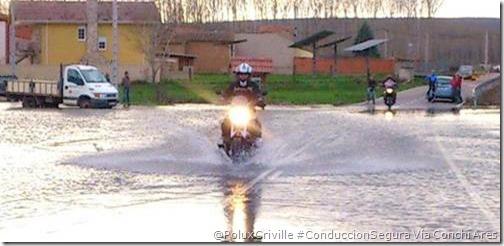 PoluxCriville-Conchi Ares Rodriguez-moto-charco-agua-lluvia-aquaplaning-conduccion-segura