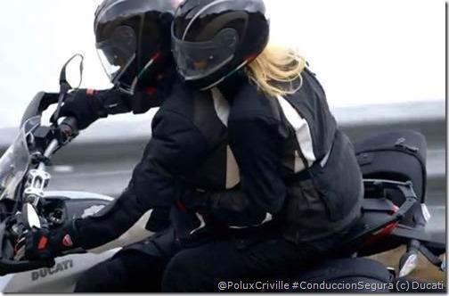 PoluxCriville-Ducati-moto-conduccion-pasajero