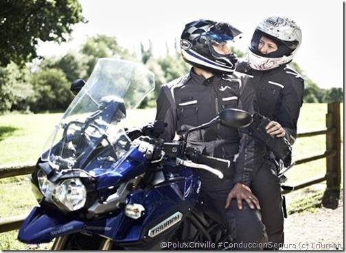 PoluxCriville-TRIUMPH_boutique_traje_navigator-moto-pasajero-comunicación-miedo