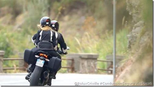 PoluxCriville-Ducati-moto-pasajero-curvas-posición