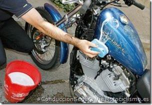 PoluxCriville-Via-Motociclismo.es-Juan Sanz-lavando-moto_mantenimiento-hibernar
