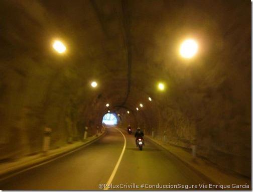 PoluxCriville-Via_Enrique García_Loli_Gendra-moto-tunel-deslumbramiento-adaptar-ojos-conduccion-segura