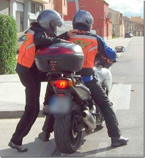 PoluxCriville_Via-Conchi_Ares-subir-moto-acompañante-conduccion-segura