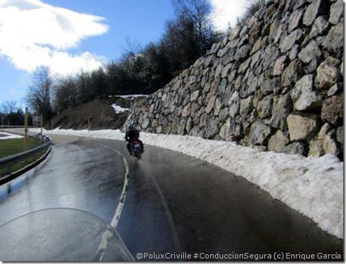 PoluxCriville-Enrique García_Isabel Gendra-moto-conduccion-segura-curvas-agua-frenar-vertical