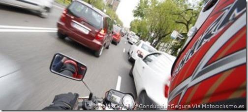PoluxCriville_Motociclismo.es-conduccion-segura-moto-ciudad-vista-alerta-detencion-semaforos
