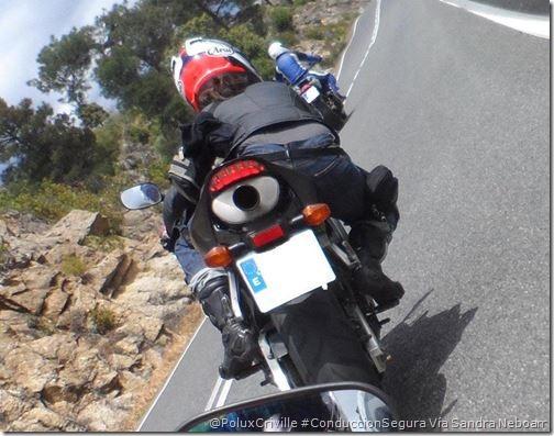 PoluxCriville-Sandra_Neboarr-moto-ruta-curvas-apoyo-estribera-conduccion-segura
