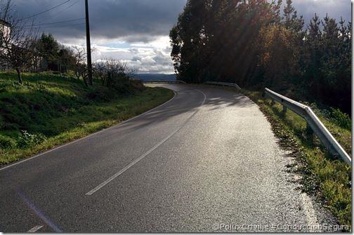 PoluxCriville-carretera-agua-lluvia-deterioro-asfalto-conduccion-segura-moto