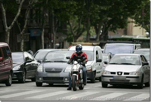 PoluxCriville-Via-Motociclismo.es-conduccion-segura-moto-ciudad-semaforos-choque-alcance-accidente