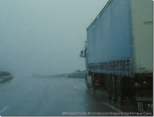 PoluxCriville_Via_Enrique_Dans_camion-agua-lluvia-visibilidad-moto-conduccion-segura