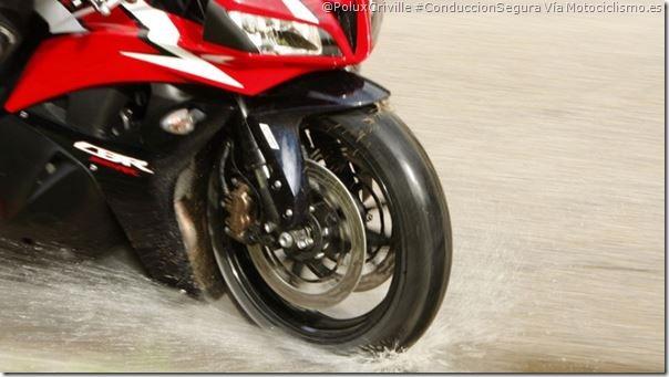 PoluxCriville-Via-Motociclismo.es-aquaplaning-moto-perdida-agarre-agua