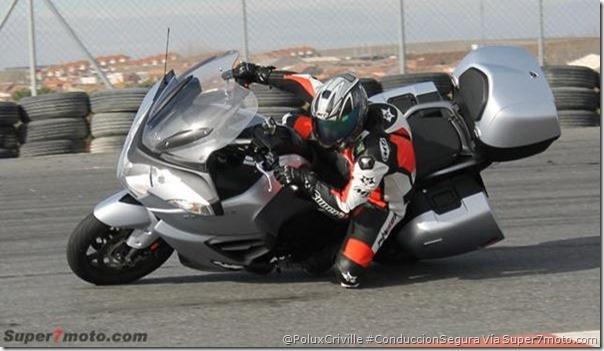 PoluxCriville-Via-Super7moto_com_concentracion-actitud-mentalidad-decision-curvas-moto-Triumph-Trophie_1200-se