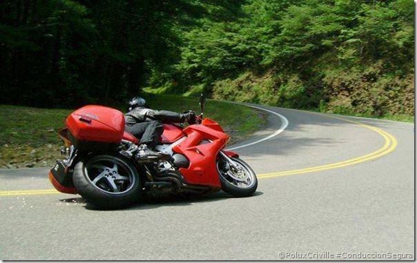 PoluxCriville-Autor-desconocido-conduccion-segura-moto-curva-demasiado-rapido-frenar
