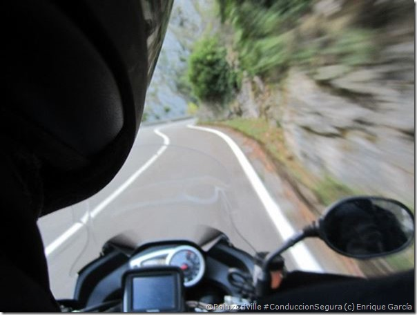 PoluxCriville-Enrique Garcia_Loli Gendra-visibilidad-reducida-curva-ciega-conduccion-segura-moto