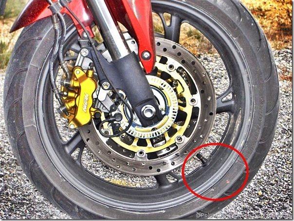PoluxCriville-Honda_Hornet_600_2008-punto-rojo-válvula-neumatico