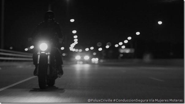 PoluxCriville-Vía Mujeres Moteras-sin-visibilidad-pegarse-lineas-carretera-conduccion-segura-moto