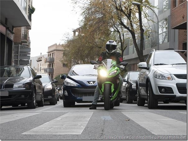 PoluxCriville-Motos_Net-Diego-Sperani-moto-ciudad-trafico-semaforos-cruces