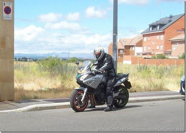 PoluxCriville-Via-Conchi_Ares_moto_no_arranca-nunca-parar-carril-izquierdo