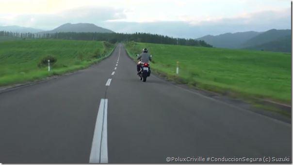 PoluxCriville-Via-Suzuki-circulacion-carril-conduccion-segura-moto