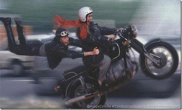 PoluxCriville-Via_BMWmotos.com_pasajero-modifica-comportamiento-moto-conduccion-segura