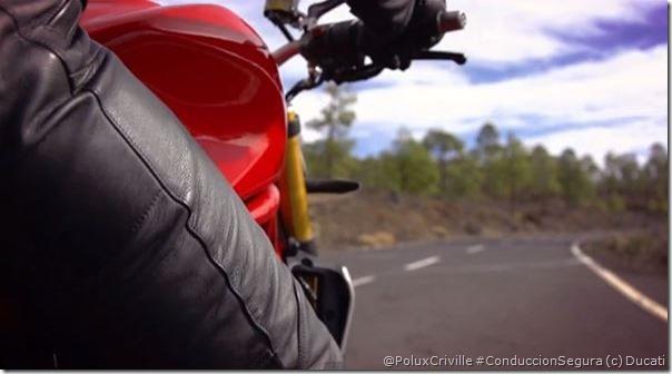 PoluxCriville-Ducati-aptitud-moto-curvas-frenos-conduccion-segura