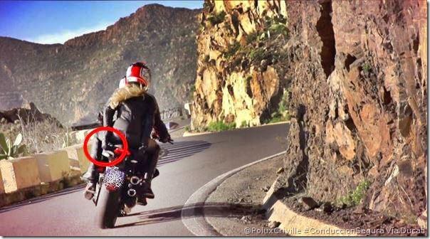 PoluxCriville-Ducati-moto-conduccion-pasajero-curvas-sujetarse