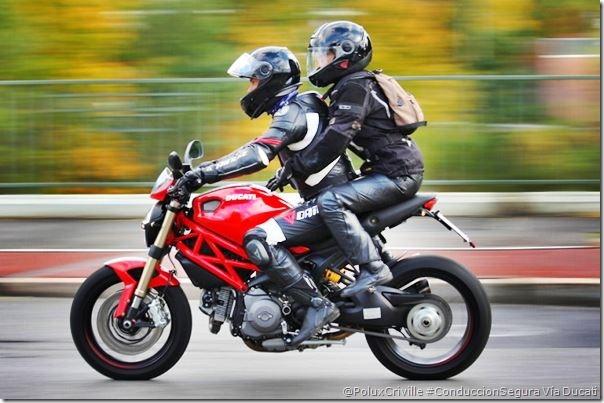 PoluxCriville-Via_Ducati_es-sujecion-pasajero-deposito-conduccion-segura-moto