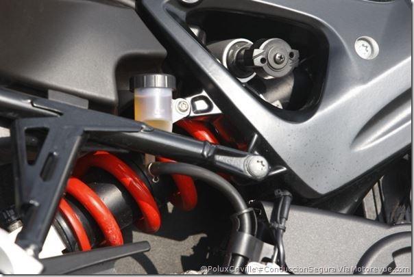 PoluxCriville-Motorevue_com-Bruno_Sellier-f-800-bmw-frenos-liquido-moto-ruta-curvas_5
