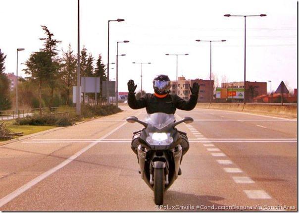 PoluxCriville-Via-Conchi Ares-conduccion-segura-moto-equilibrio-control-sin-manos-manillar