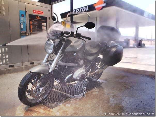 PoluxCriville-Via-losviajesdebrujilda.com-moto-lavar-presion-lanza-suciedad-pantalla