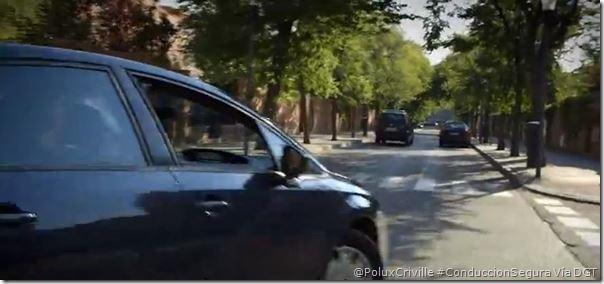 PoluxCriville-DGT.es-peligro-coche-cierra-trayectoria-choque-esquivar-moto-conduccion-segura